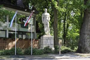 Felavatták ideiglenes helyén a Springer-szobrot