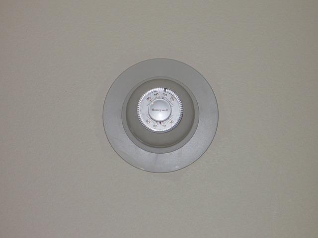 A fan-coil termosztát vált a fűtés és a hűtés között
